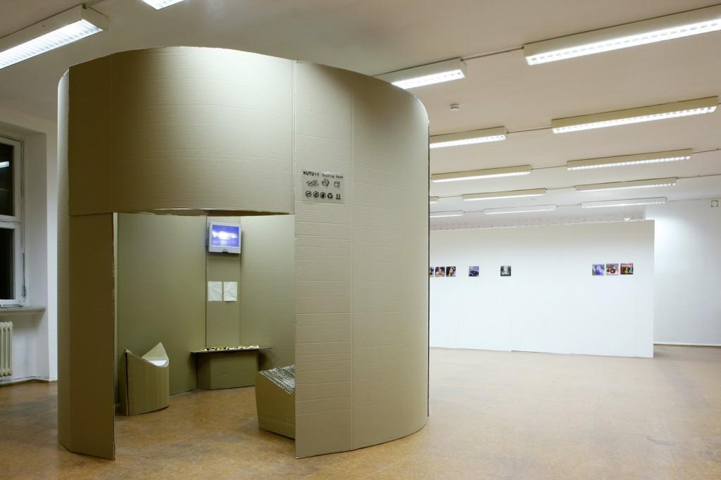 """KUTU Art Gallery (Featuring Mehmet Dere and 94A): Rauminstallation aus Wellpappe. Innen: Video- und Bucharbeit """"Heim"""" von Mehmet Dere, 2008 (Raummitte)"""